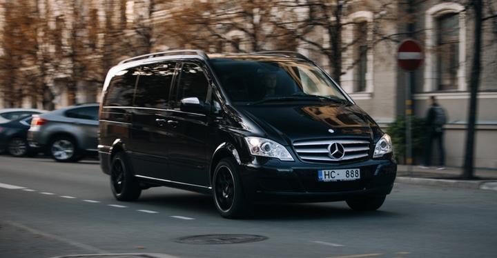 Voiture type minibus Mercedes